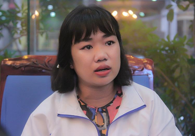 Cô Nguyễn Vân Nhi nghẹn ngào kể về lần bị sảy thai do đi lại đường xa. Ảnh: Thanh Hằng