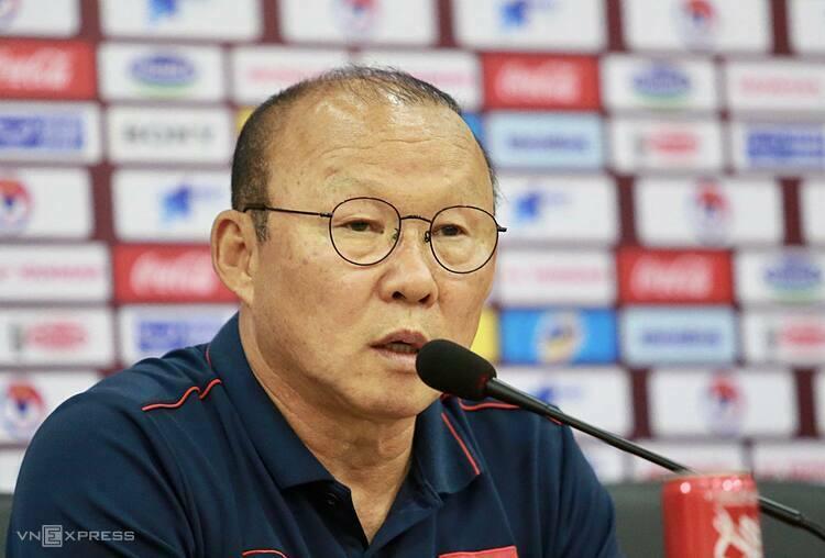 HLV Park trong cuộc họp báo kỹ thuật, ở trụ sở Liên đoàn bóng đá Việt Nam sáng 18/11. Ảnh: Lâm Thỏa.