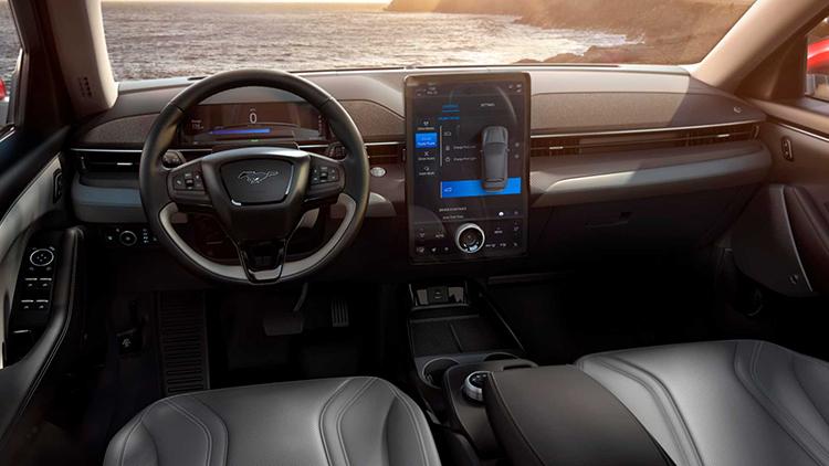 Nội thất của Mustang Mach-E lấy cảm hứng từ Ford Explorer, màn hình giải trí 15,5 inch đặt dọc.