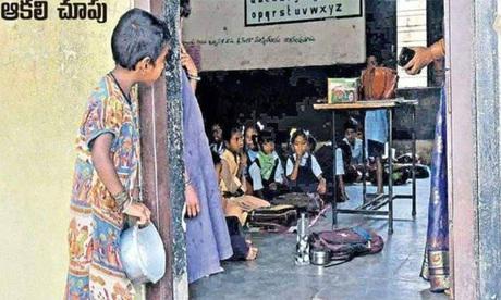 Bức ảnh bé gái 5 tuổi cầm chiếc bát nhìn vào một lớp học được đăng trên tờ báo tiếng Telugu hôm 7/11. Ảnh:BBC.