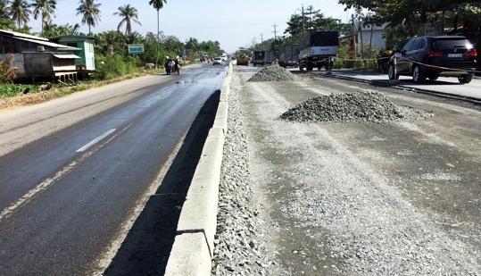 Mặtquốc lộqua huyện Tam Bình, tỉnh Vĩnh Long đang được nâng cao gần một mét. Ảnh: Cửu Long.