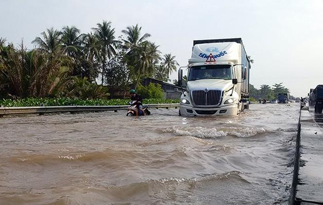 Một điểm ngập nặng trên quốc lộ 1, đoạn qua tỉnh Vĩnh Long. Ảnh: Cửu Long