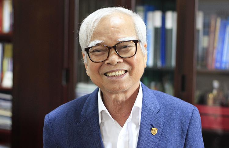 Thầy Nguyễn Văn Hòa hạnh phúc với ngôi trường hiện tại. Ảnh:Dương Tâm