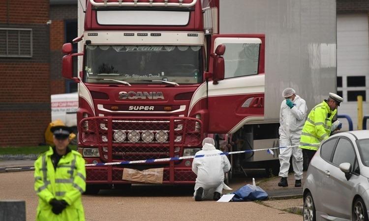 Xe container chở thi thể tại Waterglade ngày 23/10. Ảnh: AFP