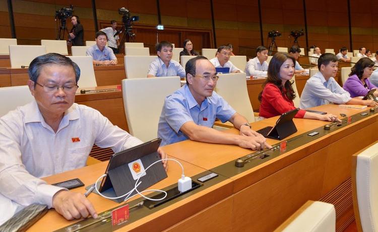 Đại biểu Quốc hội bấm bút biểu quyếtthông qua dự thảo Bộ luật. Ảnh: Trung tâm báo chí Quốc hội