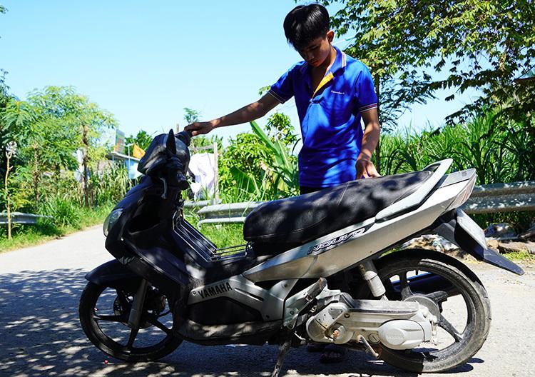 Chiếc xe máy được gửi lại sau vụ tai nạn tại đoạn đường ba tháng trước. Ảnh: Hoàng Nam