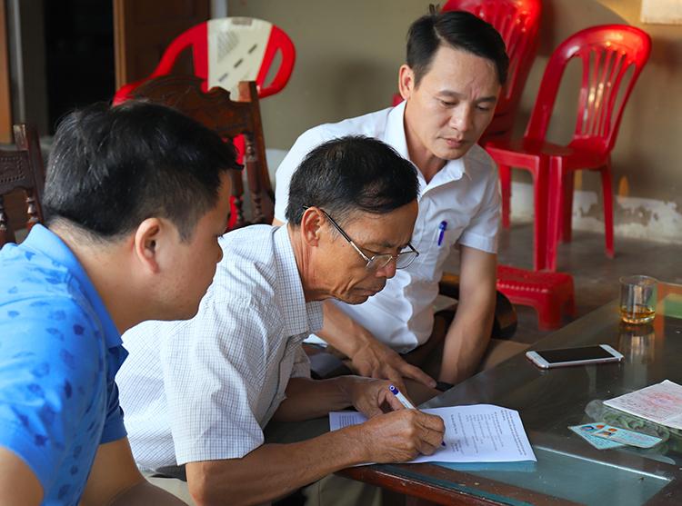 Một gia đình ở xã Thiên Lộc (huyện Can Lộc) làm đơn đề xuất nguyện vọng gửi chính quyền. Ảnh: Đức Hùng