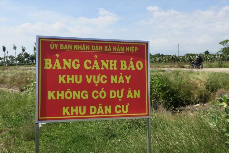 Bảng cảnh báo vừa được cắm ở đầu đường dẫn vào dự án trái phép Đại Lộc Garden, xã Hàm Hiệp. Ảnh: Việt Quốc
