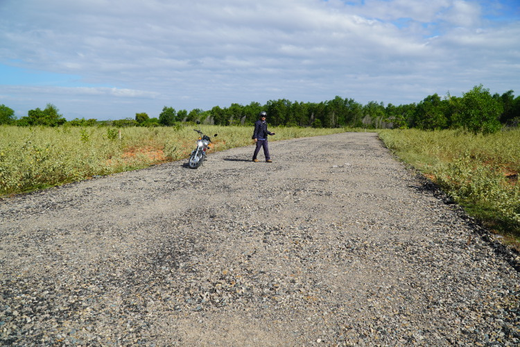 Một trong số 4 đường nhựa trái phép ở xã Thiện Nghiệp đã bị ủi bỏ cùng hàng trụ điện. Ảnh:Việt Quốc