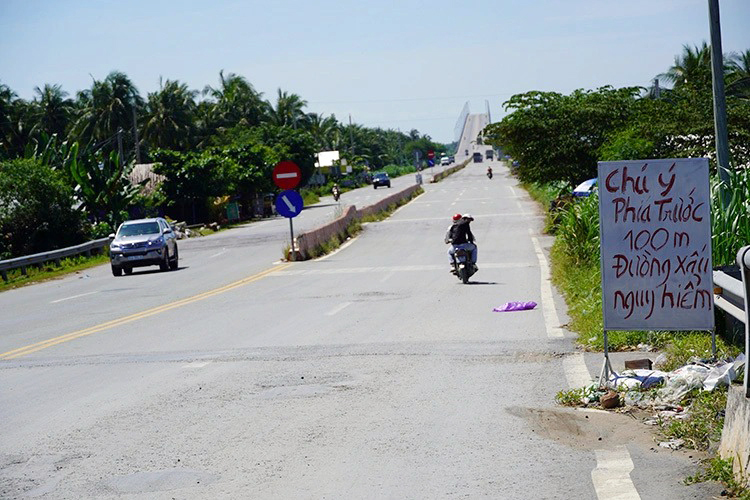 Biển cảnh báo đường xấu do người dân dựng lên nhắcngười đi đường. Ảnh: Hoàng Nam.