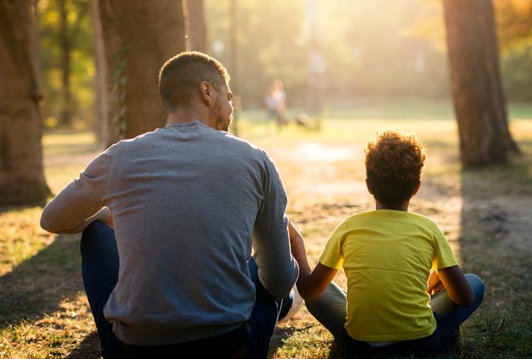 Những cuộc nói chuyện giữa cha và con giúp hai bên hiểu nhau hơn, ngăn chặn những hành vì xấu có thể xảy ra. Ảnh: Shutterstock.