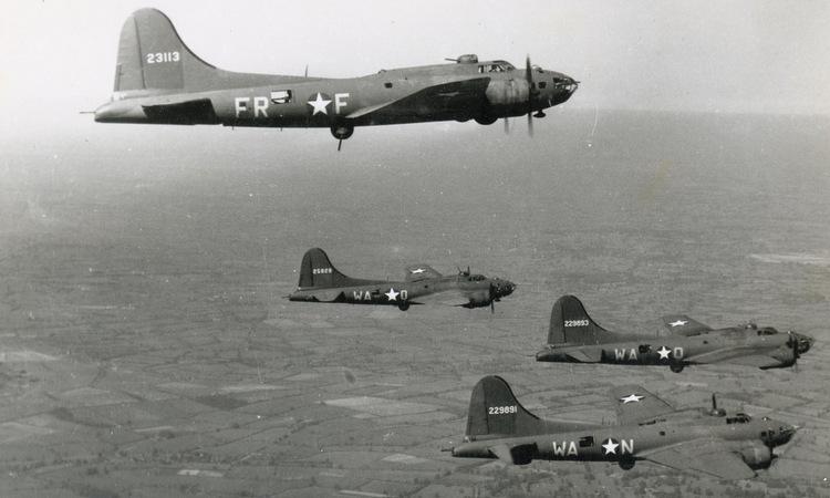 Một phi đội oanh tạc cơ B-17F của Không đoàn số 379. Ảnh: USAF.
