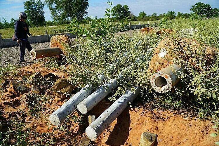Các trụ điện trái phép của dự án trên đất nông nghiệp ở xã Thiện Nghiệp, TP Phan Thiết bị nhổ bỏ. Ảnh: Việt Quốc