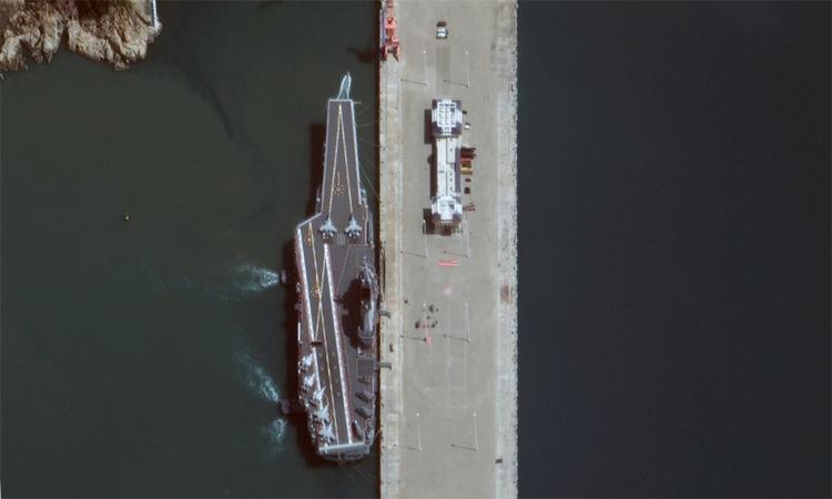 Tàu sân bay nội địa Trung Quốc neo đậu ở Hải Nam