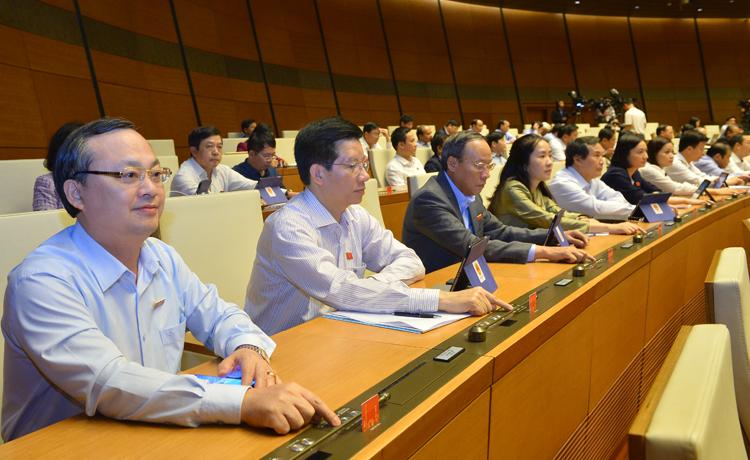 Quốc hội biểu quyết bằng hệ thống điện tử tại hội trường. Ảnh: Ngọc Thắng