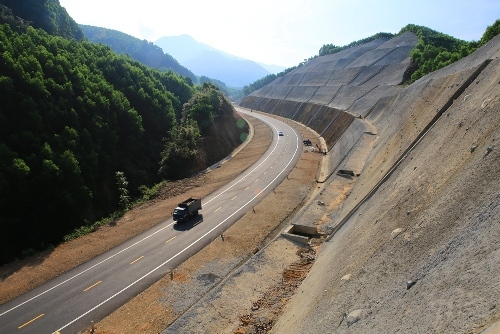 Nhiều xe ôtô đi vào cao tốc La Sơn - Túy Loan chưa thông xe kỹ thuật. Ảnh: Võ Thạnh