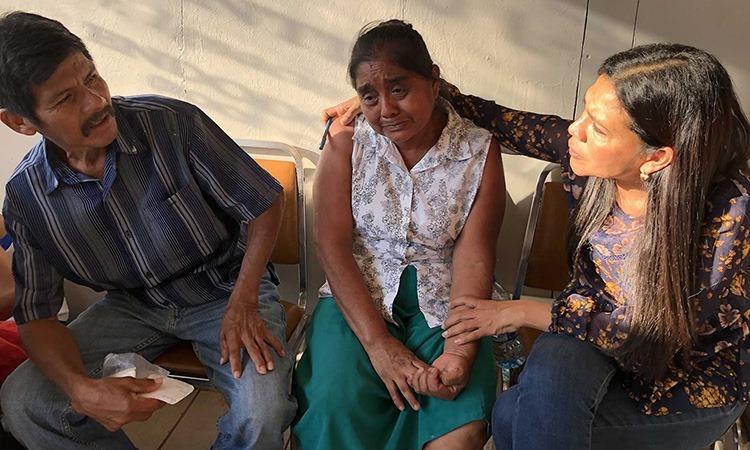 Rufino Lopez và Odilia Reyes, người tị nạn Guatemala đang nói chuyện với Glady Canas (phải), người điều hành một tổ chức nhân đạo ở Matamoros. Ảnh: Washington Post.