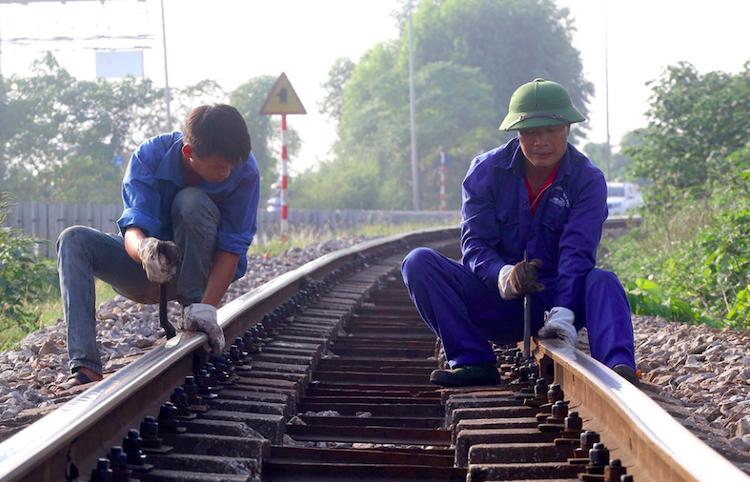Công nhân bảo trì tuyến đường sắt Yên Viên - Lào Cai đoạn qua Phú Thọ. Ảnh: Anh Duy.