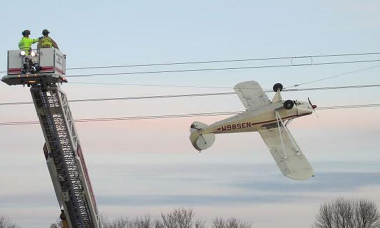 Máy bay mắc trên dây điện