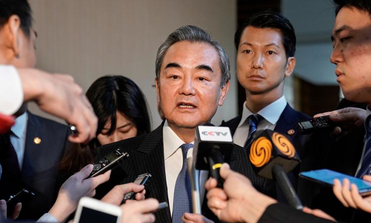 Ngoại trưởng Trung Quốc Vương Nghị trả lời phóng viên ở Tokyo, Nhật Bản hôm nay. Ảnh: Reuters.