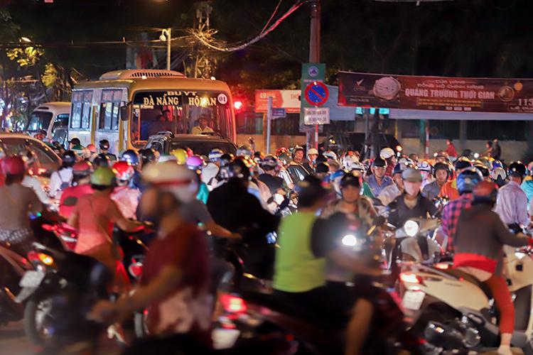 Đô thị Đà Nẵng đang đối mặt với nhiều vấn đề như kẹt xe, ô nhiễm, ngập úng. Ảnh: Nguyễn Đông.