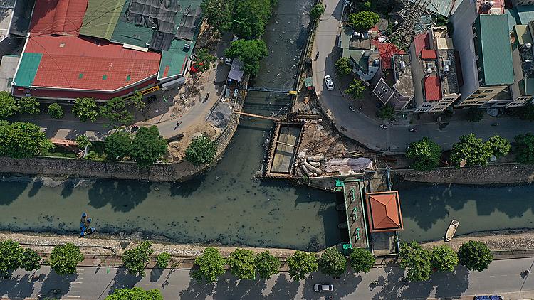 Sông Tô Lịch ô nhiễm chảy qua nhiều khu dân cư ở Hà Nội.Ảnh: Ngọc Thành.