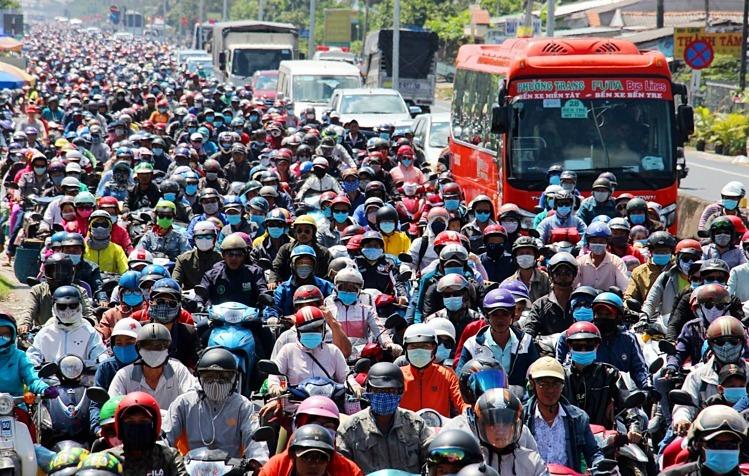 Mật độ dân số cao ở những thành phố lớn như Hà Nội, TP HCM khiến hạ tầng giao thông thường xuyên quá tải. Ảnh: Hoàng Nam.
