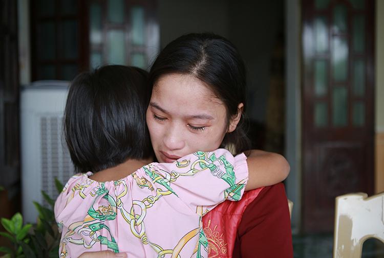 Chị Tạ Thị Oanh (trú huyện Yên Thành) bên con nhỏ, có chồng là Võ Ngọc Nam tử vong. Ảnh: Văn Hải