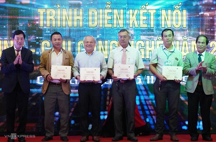 Thứ trưởng Trần Văn Tùng (bìa trái) trao giấy chứng nhận các đơn vị tham gia giới thiệu công nghệ tại Techdemo 2019. Ảnh: Trần Hòa.
