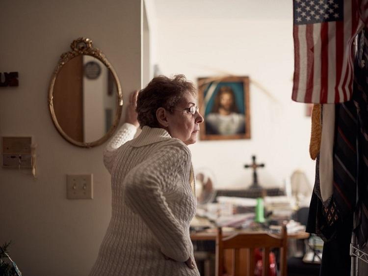 Michelle Bassaro, 61 tuổi, ủng hộ Trump nhưng bỏ phiếu cho đảng Dân chủ trong cuộc bầu cử giữa nhiệm kỳ. Ảnh: Nytimes.