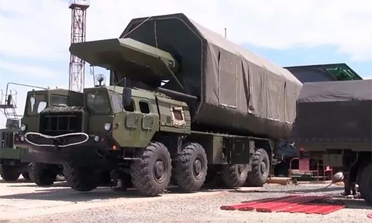 Tên lửa đạn đạo mang phương tiện lướt siêu vượt âm Avangard chuẩn bị được đưa vào giếng phóng. Ảnh: BQP Nga.