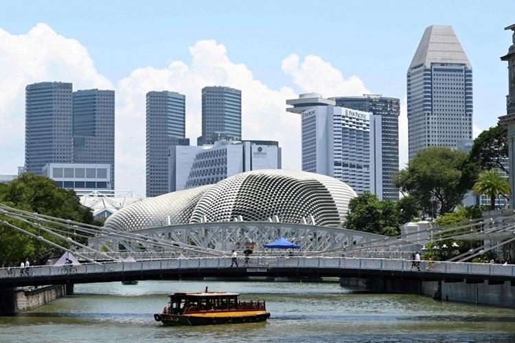 Những tòa nhà chọc trời dọc sông Singapore. Ảnh: AFP.