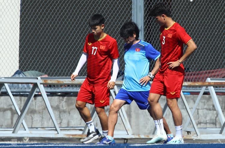 Trọng Hùng (trái) và Tấn Sinh (phải) tập riêng trước trận gặp Lào. Ảnh: Đức Đồng.