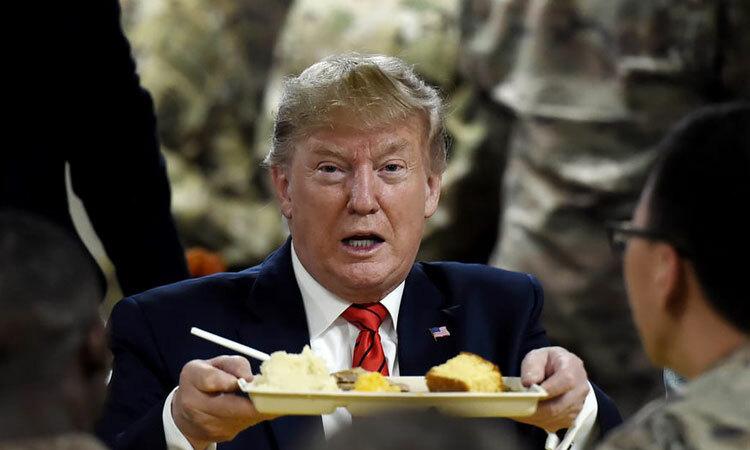 Trump dùng bữa với các binh sĩ ở căn cứ không quân Bagram ngày 28/11. Ảnh: AFP.