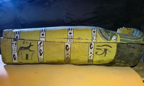 Một trong những quan tài gỗ sơn màu mới phát hiện tại Luxor. Ảnh: Daily Sabah.