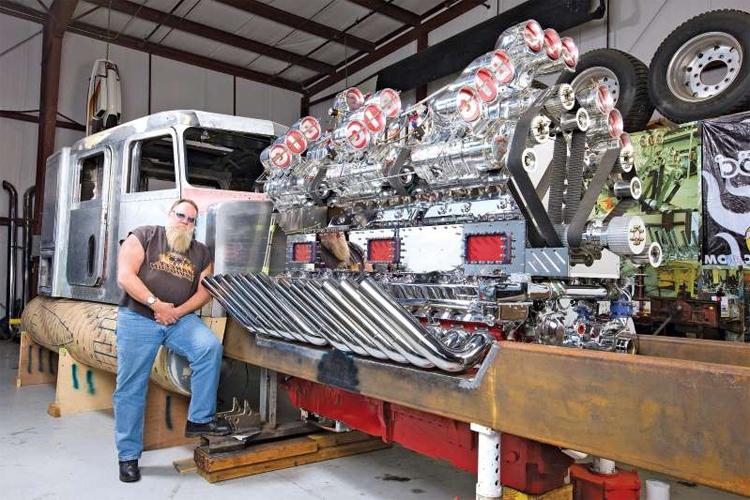 Mike Harrah, người thiết kế và chế tạo Thor24, bên chiếc xe khi chưa hoàn thiện. Ảnh: Wes Allison