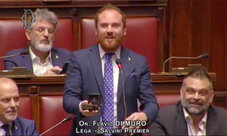 Nghị sĩ Di Muro cầu hôn bạn gái tại quốc hội hôm 28/11. Ảnh chụp màn hình.