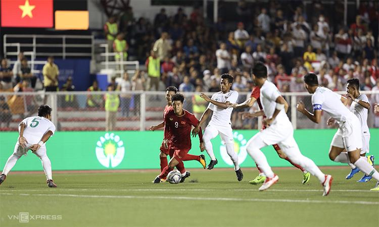 Với Đức Chinh (số 9) vào sân để chuyển sang sơ đồ hai tiền đạo, Việt Nam đã thắng trong cuộc đấu thể lực với Indonesia và từ đó, giành phần thắng chung cuộc. Ảnh: Đức Đồng.