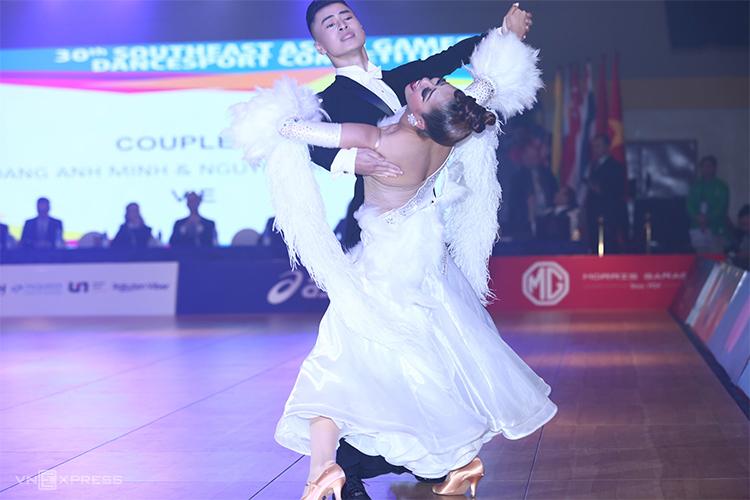 Vũ Hoàng Anh Minh - Nguyễn Trường Xuân phiêu trong bài thi Single Dance Foxtrot.