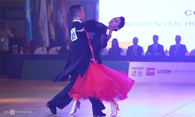 Nguyễn Đức Hòa - Nguyễn Thị Hải Yến trong bài thi Single Dance Tango. Ảnh: Phạm Đương.