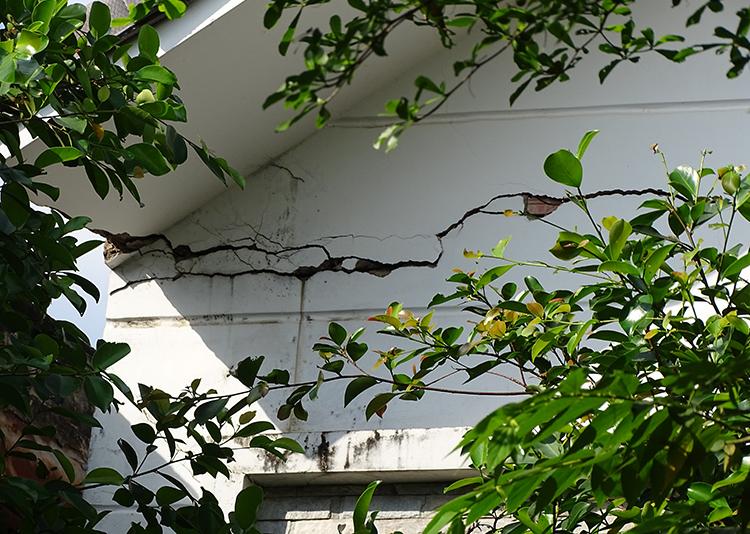 Căn nhà bỏ hoang ở phường An Lạc vì nền bị sụt, nghiêng, tường nứt toác. Ảnh: Hà An.