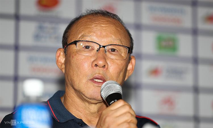 HLV Park Hang-seo trong cuộc họp báo tại sân Rizal Memorial sau trận thắng Indonesia tối 1/12. Ảnh: Đức Đồng.