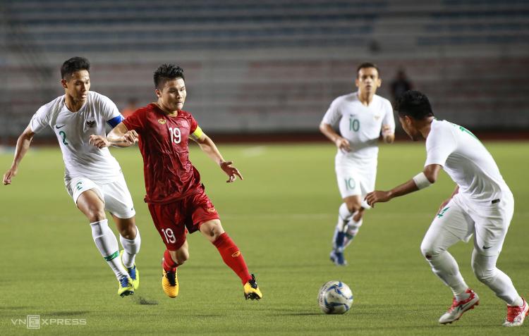 Nguyễn Quang Hải đeo băng thủ quân, chơi nỗ lực khi Việt Nam hạ Indonesia 2-1 trên sân Rizal Memorial ở Manila, tối 1/12. Ảnh: Lâm Thoả