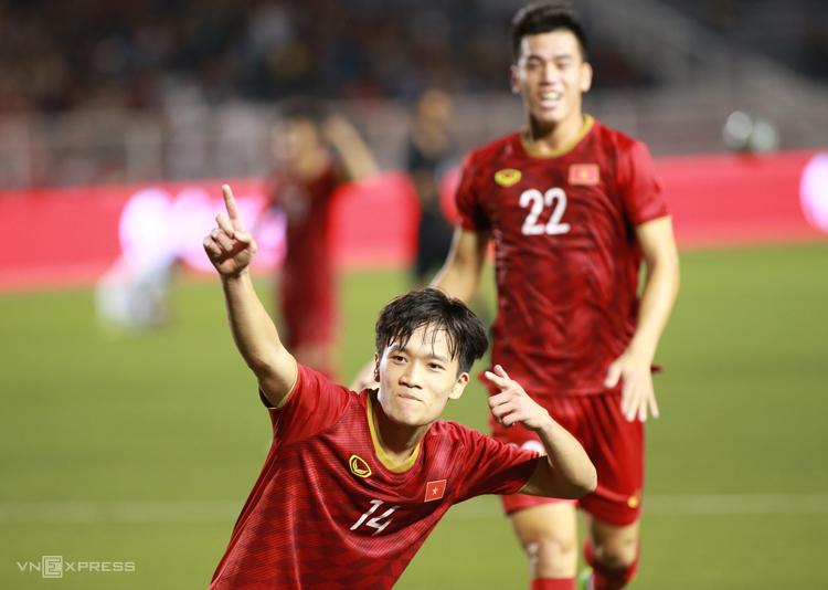 Nguyễn Hoàng Đức ăn mừng bàn thắng ấn định tỷ số 2-1 cho Việt Nam trên sân Rizal Memorial tối 1/12. Ảnh: Lâm Thoả