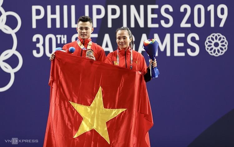Gia Thành (trái) và Vương Thị Huyền giúp cử tạ Việt Nam sớm hoàn thành chỉ tiêu ở SEA Games 30. Ảnh: Đức Đồng.