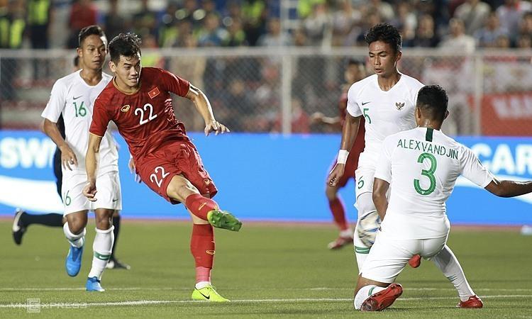 Indonesia (áo trắng) thường phòng ngự với 10 cầu thủ ở sân nhà trong hiệp hai. Ảnh: Đức Đồng.