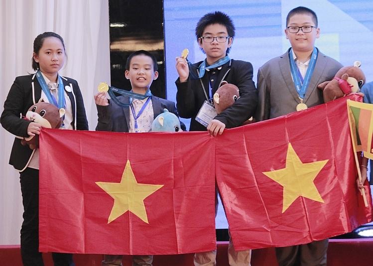 Nguyễn Bảo Ngân Giang (ngoài cùng bên trái) nhận huy chương vàng bảng A môn khoa học tại IMSO 2019. Ảnh: Thanh Hằng