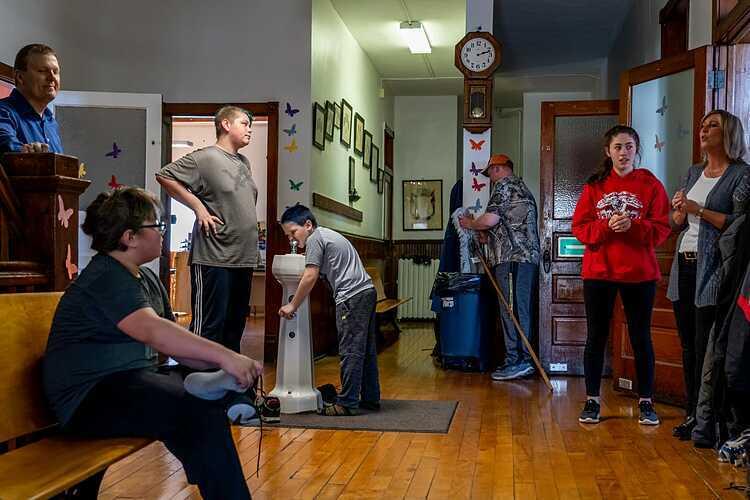 Thầy Matson (áo xanh bên trái) cùng sáu học sinh tại trường Elm River. Ảnh: Ryan Garza/ Detroit Free Press