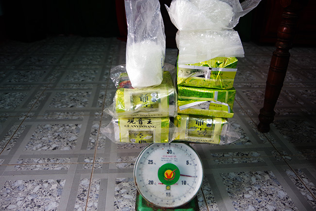 8 túi nylon chứa 8 kg tinh thể màu trắng trôi dạt vào bờ biển Thừa Thiên Huế ngày 1/12. Ảnh: V õ Thạnh.