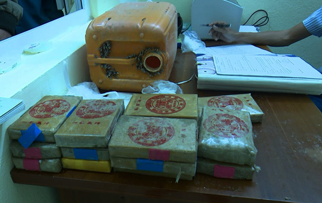 Số ma túy đựng trong can nhựa dạt vào bờ biển Quảng Nam ngày 30/11. Ảnh: Đắc Thành.